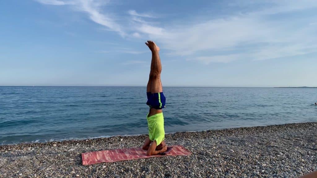 En équilibre sur la tête et les bras
